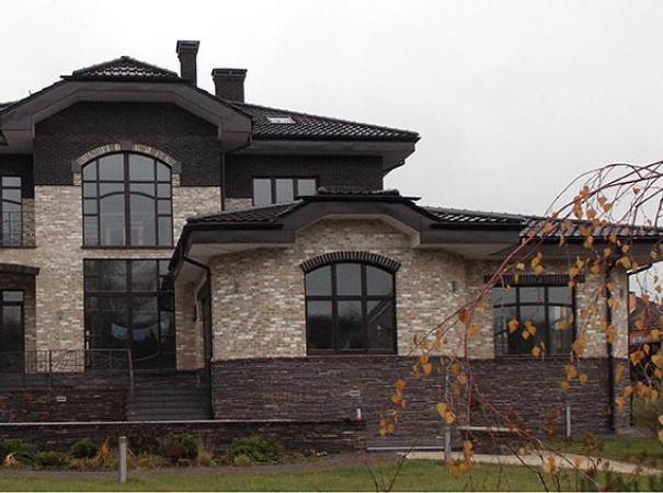 Коттедж с деревянными окнами с накладками