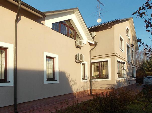 dom-v-podmoskovie-s-derevyannymi-oknami-2