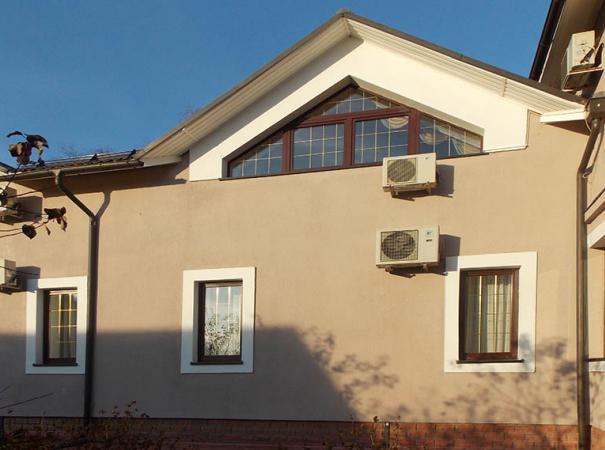 dom-v-podmoskovie-s-derevyannymi-oknami-3