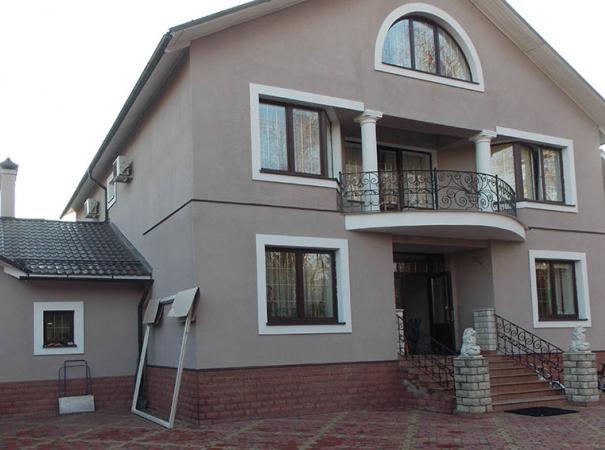 dom-v-podmoskovie-s-derevyannymi-oknami-4