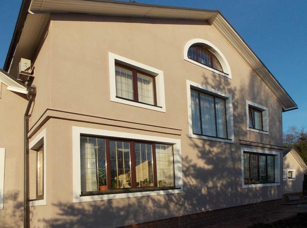 dom-v-podmoskovie-s-derevyannymi-oknami-5