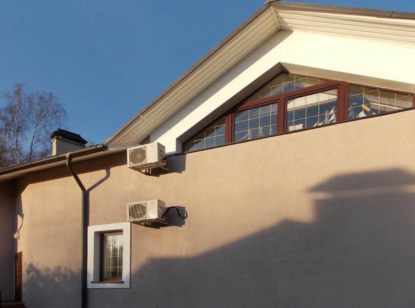 dom-v-podmoskovie-s-derevyannymi-oknami-6
