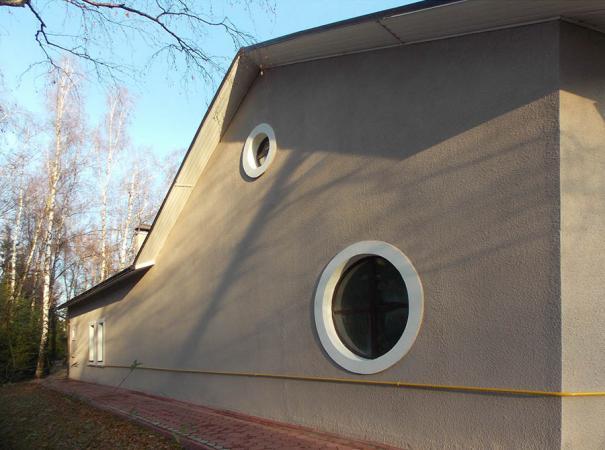 dom-v-podmoskovie-s-derevyannymi-oknami-9