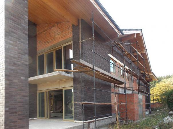 fasadnoe-osteklenie-doma-na-rublevke-derevyannymi-oknami-2