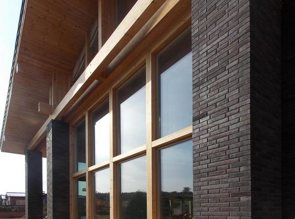fasadnoe-osteklenie-doma-na-rublevke-derevyannymi-oknami-6