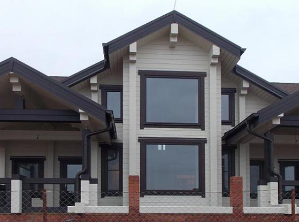 Коттедж с окнами второго света, балконными группами и сетками плиссе