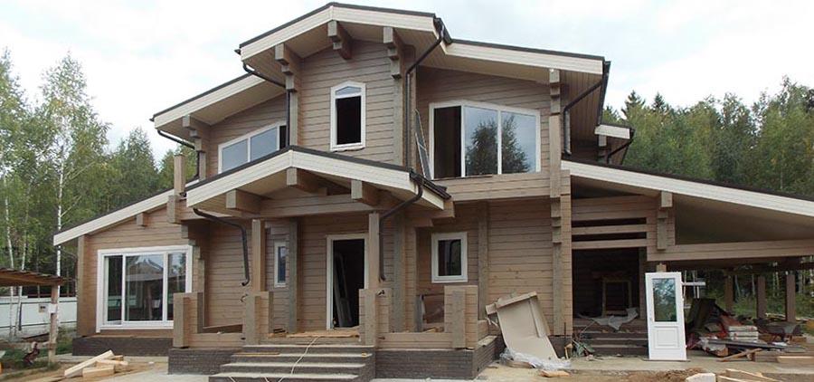 Остекление дома из профилированного бруса деревянными окнами и установка двери