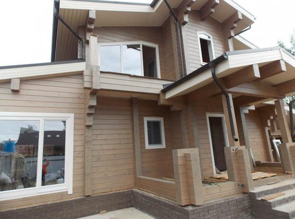 Остекление дома из профилированного бруса деревянными окнами и установка двери 4