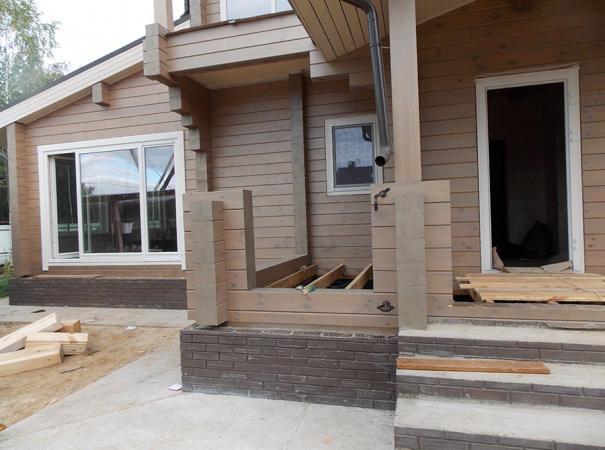 Остекление дома из профилированного бруса деревянными окнами и установка двери6