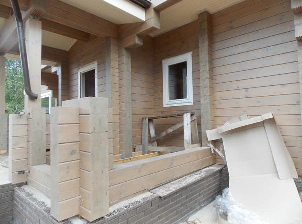 Остекление дома из профилированного бруса деревянными окнами и установка двери 7