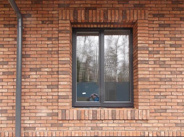 osteklenie-kirpichnogo-doma-derreveyannymi-oknami-8