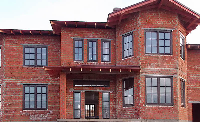 wooden-windows-with-lining-in-the-brick-house-1