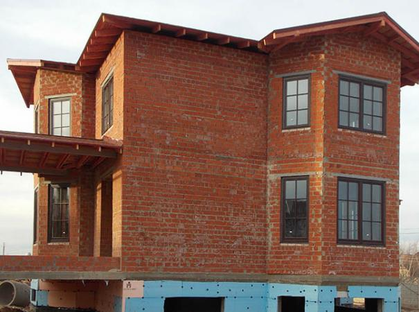 wooden-windows-with-lining-in-the-brick-house-5