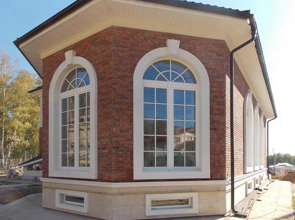 Белые деревянные окна с наличниками 1