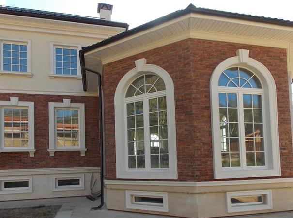 Белые деревянные окна с наличниками