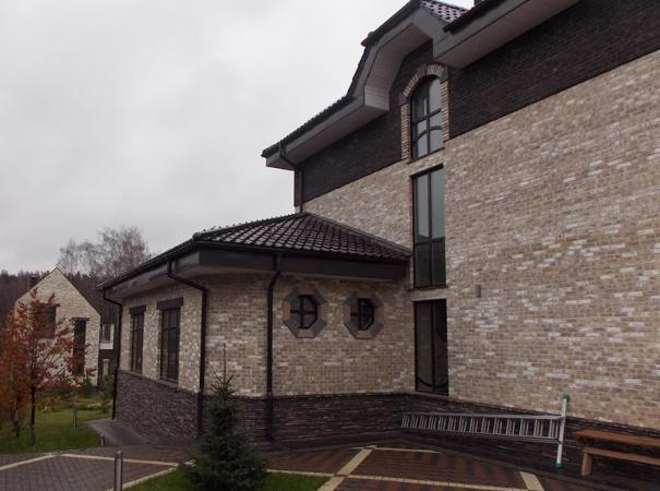 dom-oblozhenyi-klinkerom-s-derevyannymi-oknami-s-raskladkoi-5