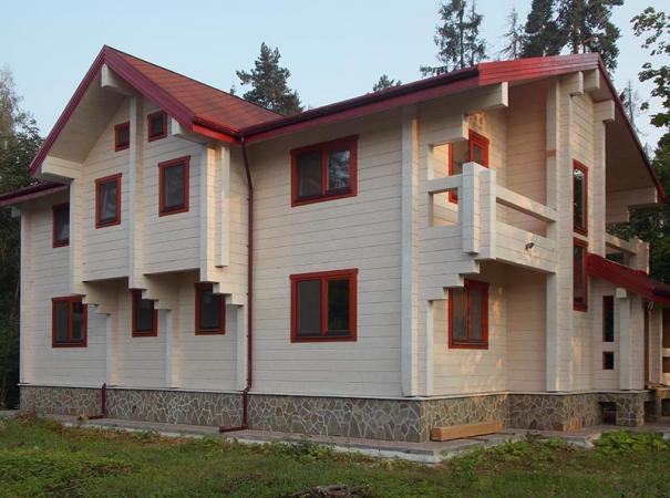 Дом из клееного бруса остеклен окнами из лиственницы
