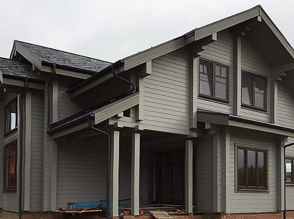 Дом из клееного бруса в Подмосковье с деревянными окнами