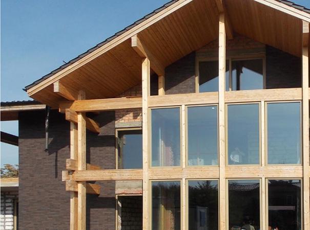 fasadnoe-osteklenie-doma-na-rublevke-derevyannymi-oknami-3