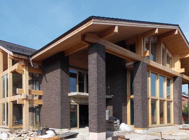 fasadnoe-osteklenie-doma-na-rublevke-derevyannymi-oknami-4