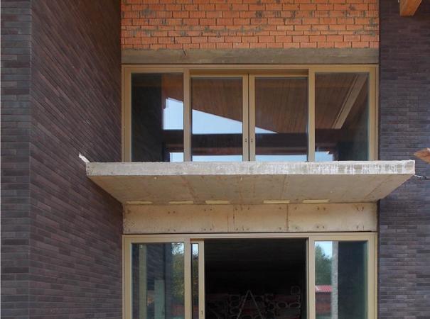 fasadnoe-osteklenie-doma-na-rublevke-derevyannymi-oknami-5