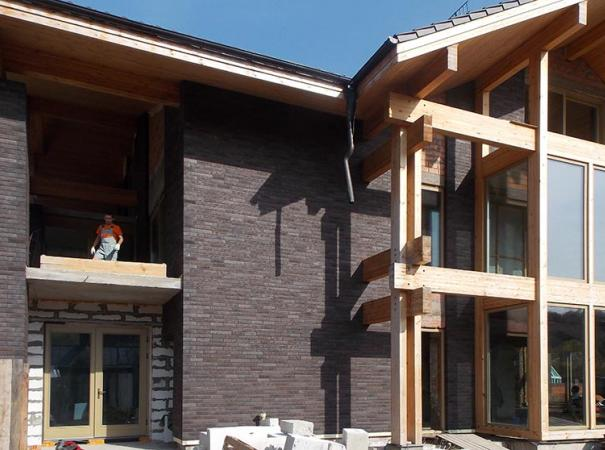 fasadnoe-osteklenie-doma-na-rublevke-derevyannymi-oknami-7