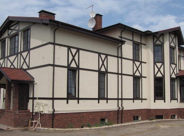 Коттедж с деревянными окнами и входной группой из массива дерева второй вход
