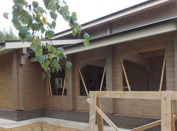 Остекление дома из профилированного бруса деревянными окнами и установка двери 2