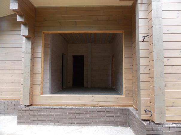 Остекление дома из профилированного бруса деревянными окнами и установка двери 3