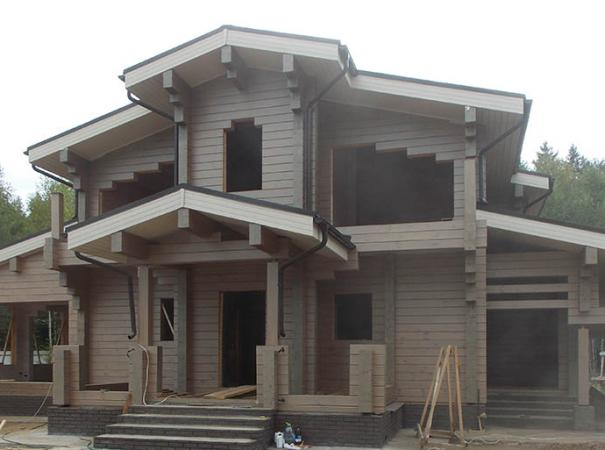 Остекление дома из профилированного бруса деревянными окнами и установка двери 1