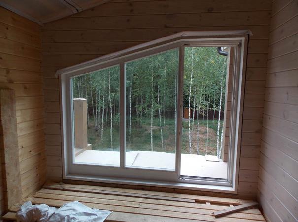 Остекление дома из профилированного бруса деревянными окнами и установка двери 5