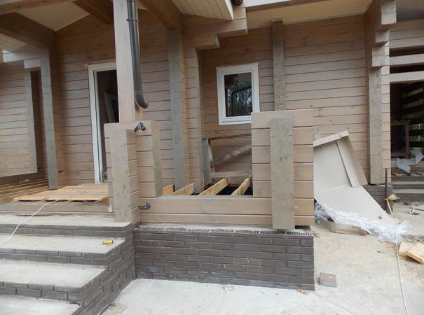 Остекление дома из профилированного бруса деревянными окнами и установка двери 8