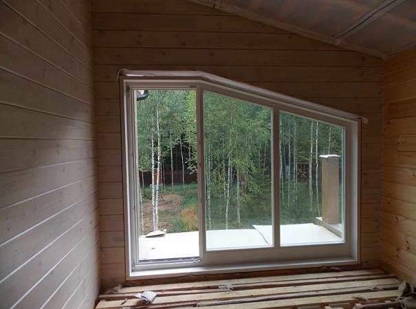 Остекление дома из профилированного бруса деревянными окнами и установка двери 9