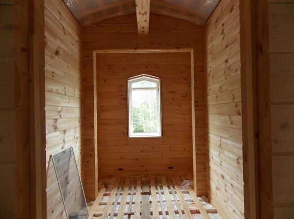 Остекление дома из профилированного бруса деревянными окнами и установка двери 10