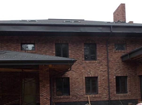 Установка деревянных окон в кирпичный дом
