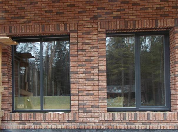 osteklenie-kirpichnogo-doma-derreveyannymi-oknami-6