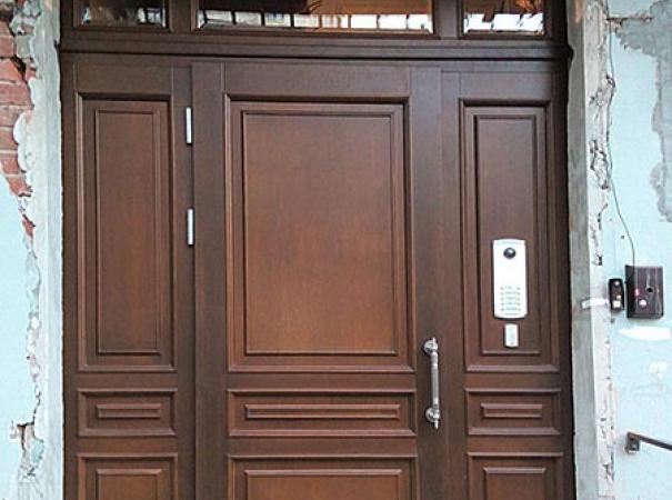 дверь подъездная из массива дуба