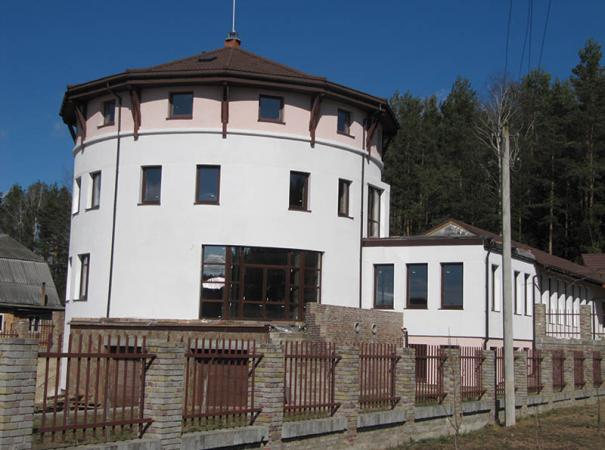 round-cottage-with-panoramic-windows