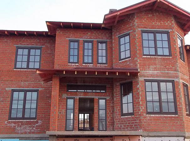 wooden-windows-with-lining-in-the-brick-house