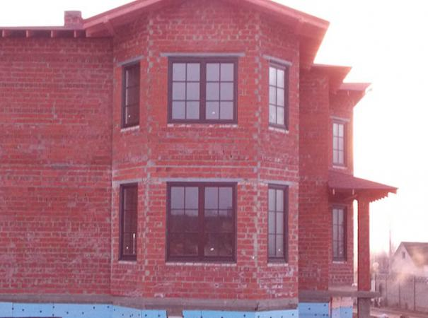 wooden-windows-with-lining-in-the-brick-house-2
