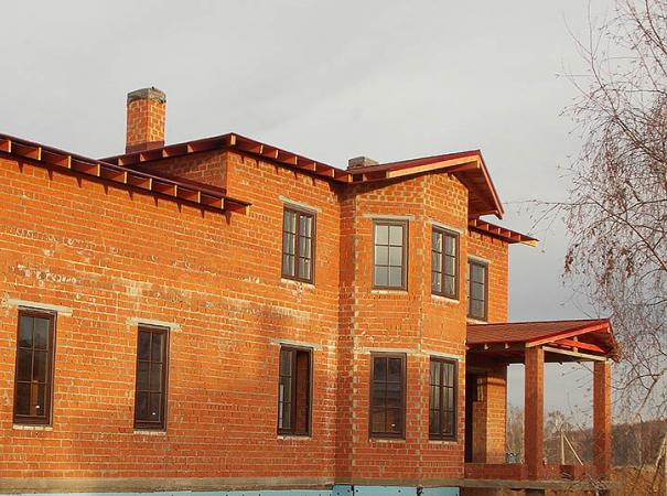 wooden-windows-with-lining-in-the-brick-house-4
