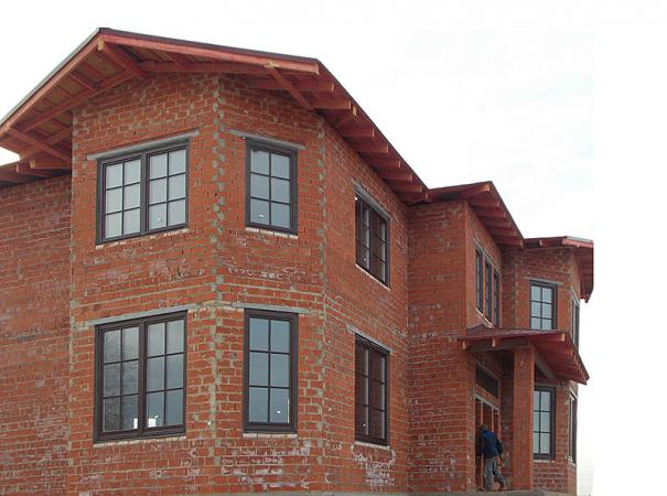 wooden-windows-with-lining-in-the-brick-house-8